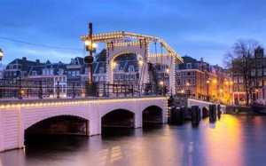 44415_fullimage_the_skinny_bridge_in_Amsterdam_the_Netherlands_early_in_the_morning_in_winter_492x307